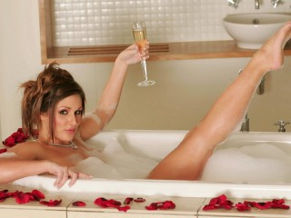 Lucy Pinder Bathtub Wallpaper